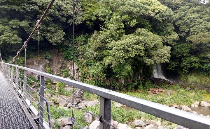 吊り橋から見た女滝
