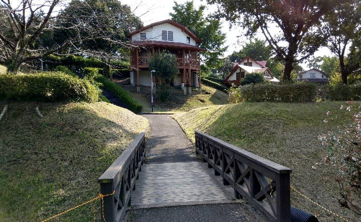 観音池公園のバンガローへの道