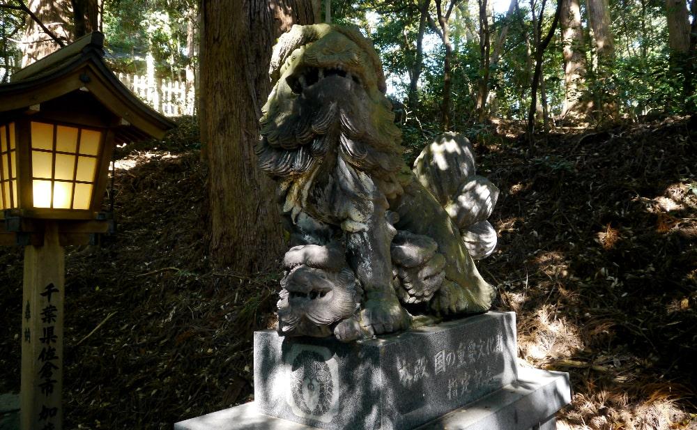 高千穂神社の右側の狛犬